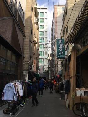路地の小さな市場。