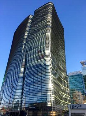 この建物の8階に日本大使館が…