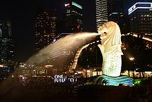 シンガポール・夜景を背にしたマーライオン公園のマーライオン