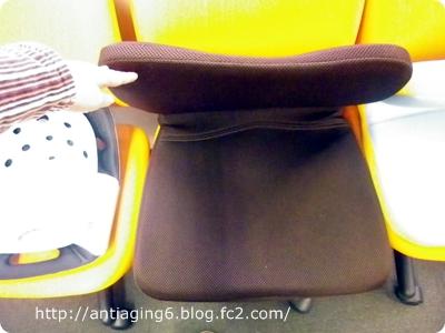 放っておくと、くたっと折れ曲がり椅子の形を保てない