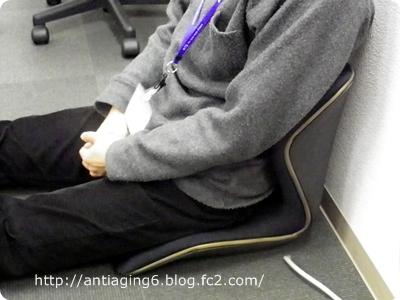 床に直置きし、そのまま足を伸ばして座ってます