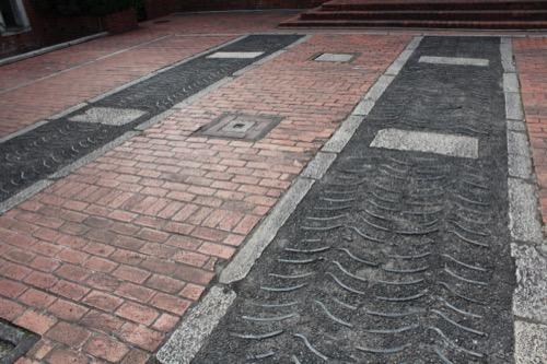 0062:倉敷アイビースクエア 中庭広場の床面