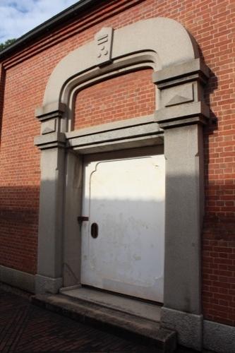 0062:倉敷アイビースクエア 記念館入口(上には「二三のマーク」)