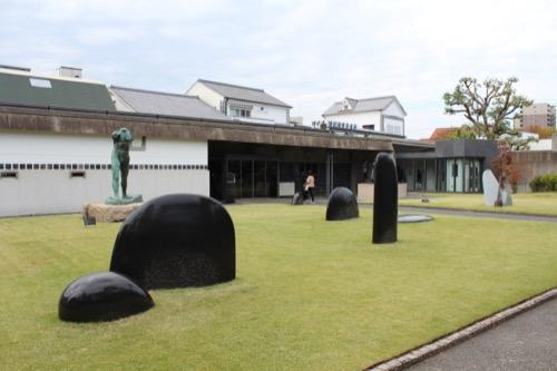 0063:大原美術館 分館手前に配置された彫刻作品