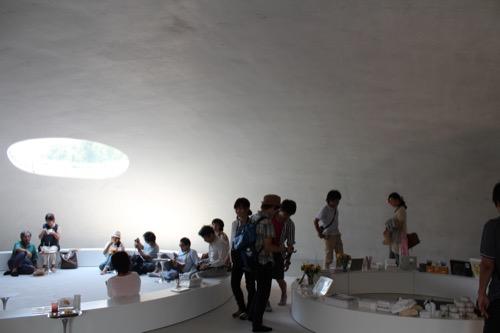 0065:豊島美術館 ショップ棟内観