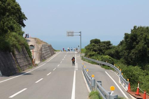 0065:豊島美術館 美術館手前の道路からの光景