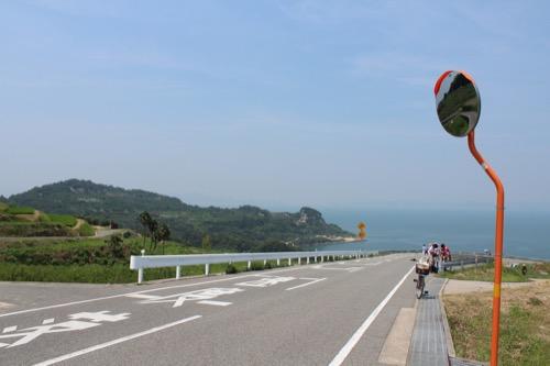 0065:豊島美術館 美術館前バス停から見えるオーシャンビュー(左には棚田)