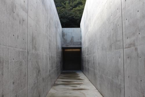0069:李禹煥美術館 アプローチ奥に見える本館入口