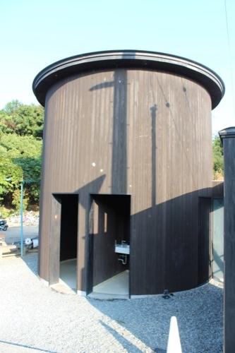 0071:家プロジェクト「南寺」 同じ外壁仕様のトイレ(安藤建築?)
