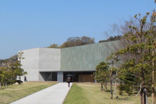 0073:香川県立東山魁夷せとうち美術館 正門アプローチからの外観