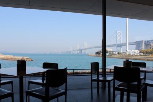 0073:香川県立東山魁夷せとうち美術館 カフェスペースから瀬戸大橋を眺める