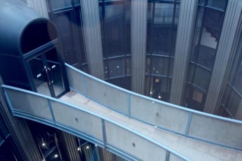 0075:渋谷区立松濤美術館 2階から中庭ブリッジを見る