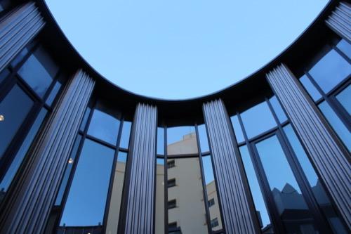 0075:渋谷区立松濤美術館 ブリッジから中庭を見上げる