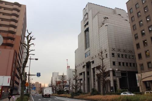 0076:千葉市美術館 正面道路北側から外観を見る