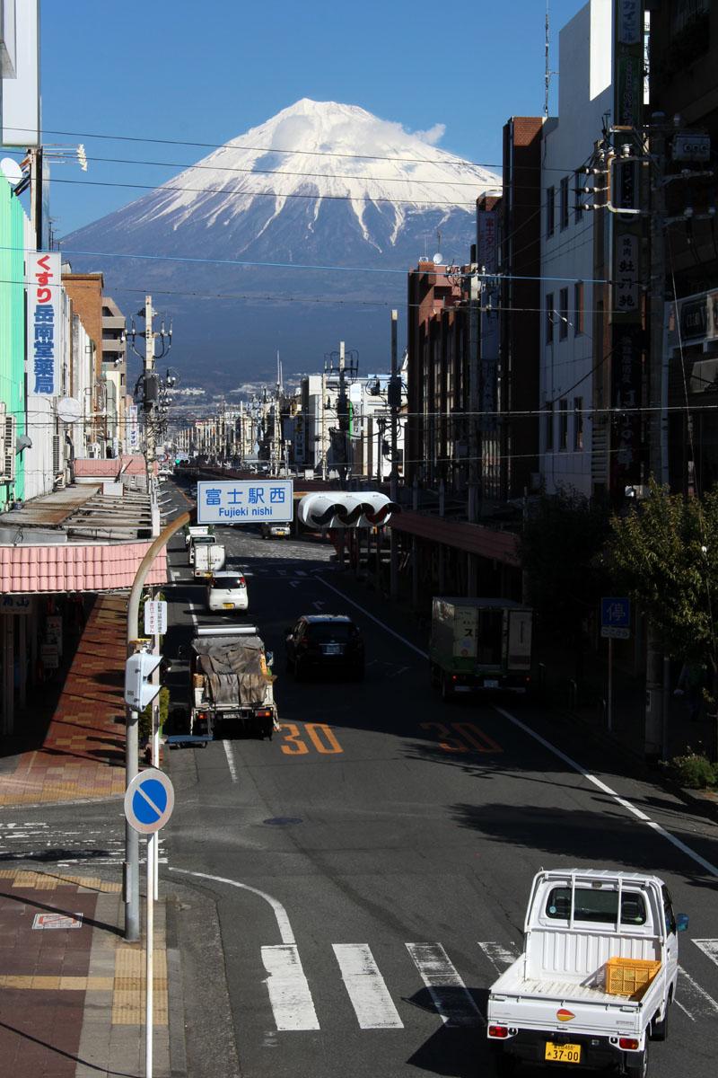富士本町商店街と富士山 エンプルステーション富士 テラスから 160208