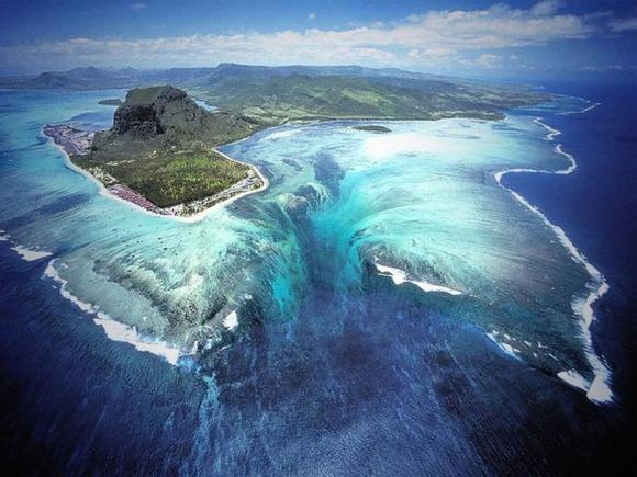モーリシャス島のの海中の滝
