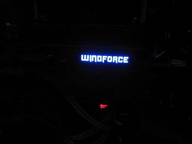 GIGABYTE GV-N970G1 GAMING-4GD 電源投入後、青色に光る WINDFORCE LED