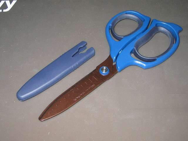 コクヨ ハサミ 切れ味長持ち エアロフィットサクサ チタン・グルーレス刃 ハサ-PT260DB ハサミ本体とキャップ