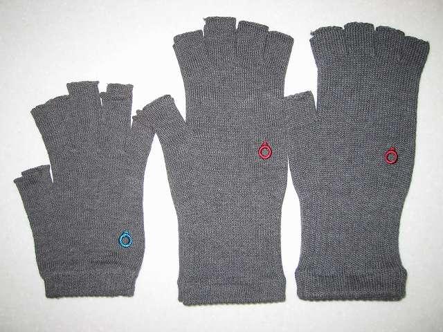 寒さ対策用に冷えとり靴下の 841(ヤヨイ)で購入した(画像左側から)冷えとり靴下の 841(ヤヨイ) 内絹外綿 ハンドウォーマー MAX グレーミックス、冷えとり靴下の 841(ヤヨイ) ハンドウォーマー グレーミックス(サイズ L)、冷えとり靴下の 841(ヤヨイ) ハンドウォーマー 厚手 グレーミックス