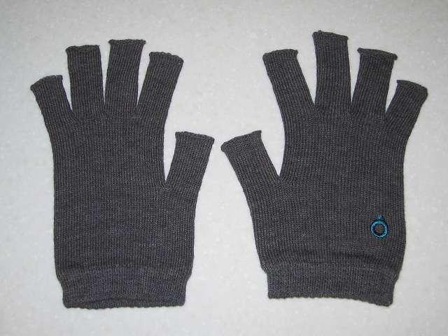 寒さ対策用に冷えとり靴下の 841(ヤヨイ)で購入した(画像左側から)冷えとり靴下の 841(ヤヨイ) 内絹外綿 ハンドウォーマー MAX グレーミックス