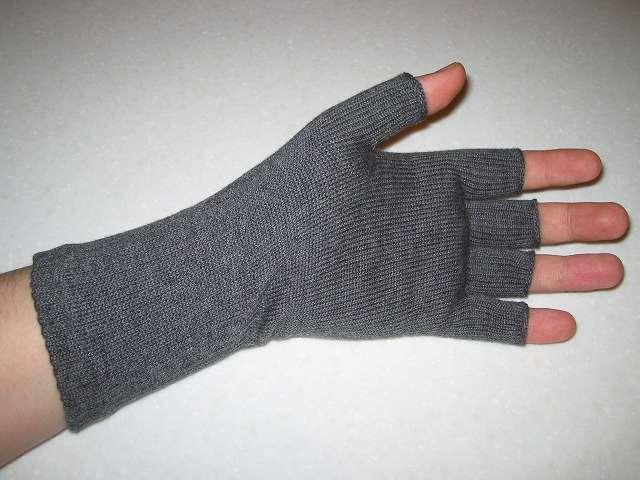 寒さ対策用に購入した(画像左側から)冷えとり靴下の 841(ヤヨイ) 冷えとり靴下の 841(ヤヨイ) ハンドウォーマー グレーミックス(サイズ L)を装着したところ