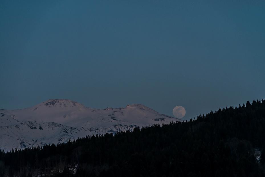 2016.03.22白山から昇る月2