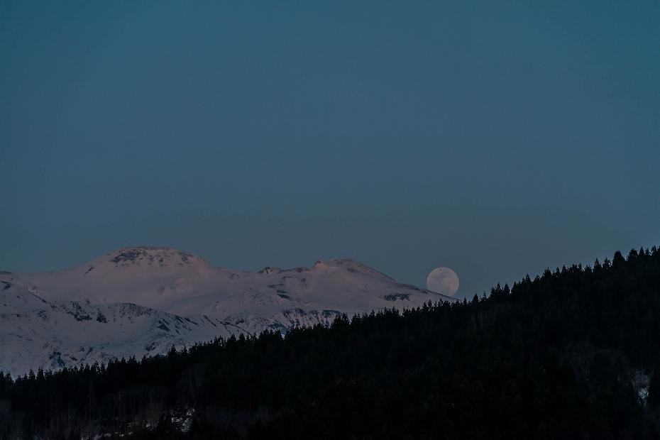 2016.03.22白山から昇る月1