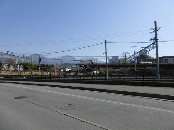 小諸駅と晴れ渡る浅間山