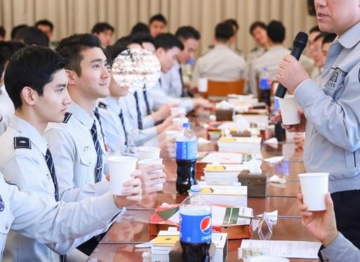 ソウル警察庁長さんが 2月5昼飯を一緒に食べながら 警察兵達の苦労を励ましてあげた。