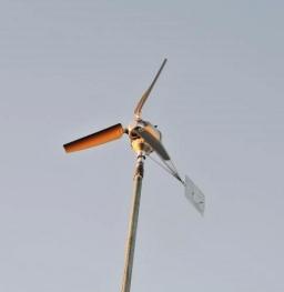 DIY15-12-28夕日に輝く風力発電機 (2)