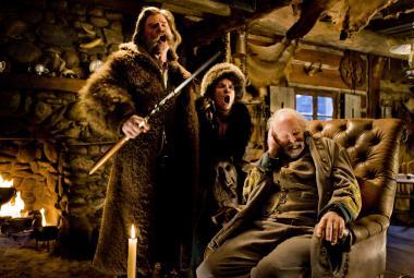 『ヘイトフル・エイト』 ジョン・ルース(カート・ラッセル)は賞金首のデイジー(ジェニファー・ジェイソン・リー)と手錠でつながれている。