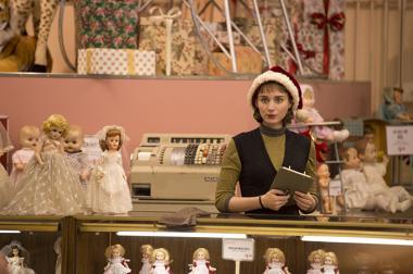 『キャロル』 テレーズ(ルーニー・マーラ)はお人形さんのようにも見える。50年代の映画を意識しているのだとか……。