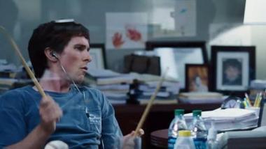 『マネー・ショート』 マイケル(クリスチャン・ベール)はメタル好きでTシャツで仕事をしているが数字を読む目だけは間違いない。
