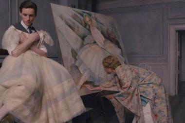 トム・フーパー 『リリーのすべて』 アイナー・ヴェイナー(エディ・レッドメイン)はモデルとしてバレエの服装を……。