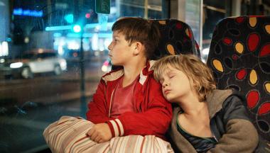 エドワード・ベルガー 『ぼくらの家路』 ジャックとマヌエルは母を訪ねてベルリンをさ迷う。まだ幼いマヌエルは天使みたいにかわいい。
