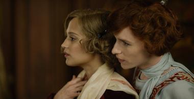 『リリーのすべて』 ゲルダ(アリシア・ヴィキャンデル)と女装してリリーとなったアイナー。