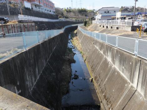 三沢川上流を望む・鶴川街道黒川信号付近
