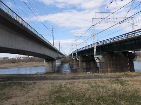 多摩川を渡るJR武蔵野貨物線・南武線