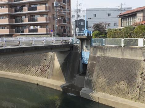 平瀬川へ放流の排水樋管