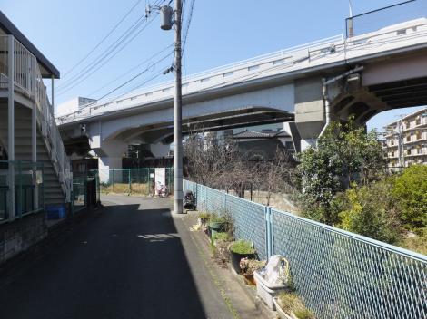 津久井路高架橋下の二ケ領用水支線用水路