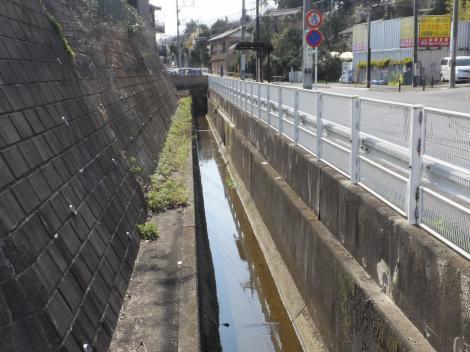 平瀬川・長沢中学校下バス停前