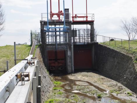 新川河口の排水樋門