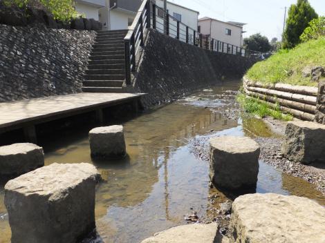 平瀬川の親水護岸・柳橋上流