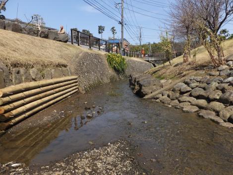 平瀬川の親水護岸・親水橋上流