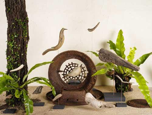 流木の鳥を薪ストーブのパーツと組み合わせて撮りました。-1