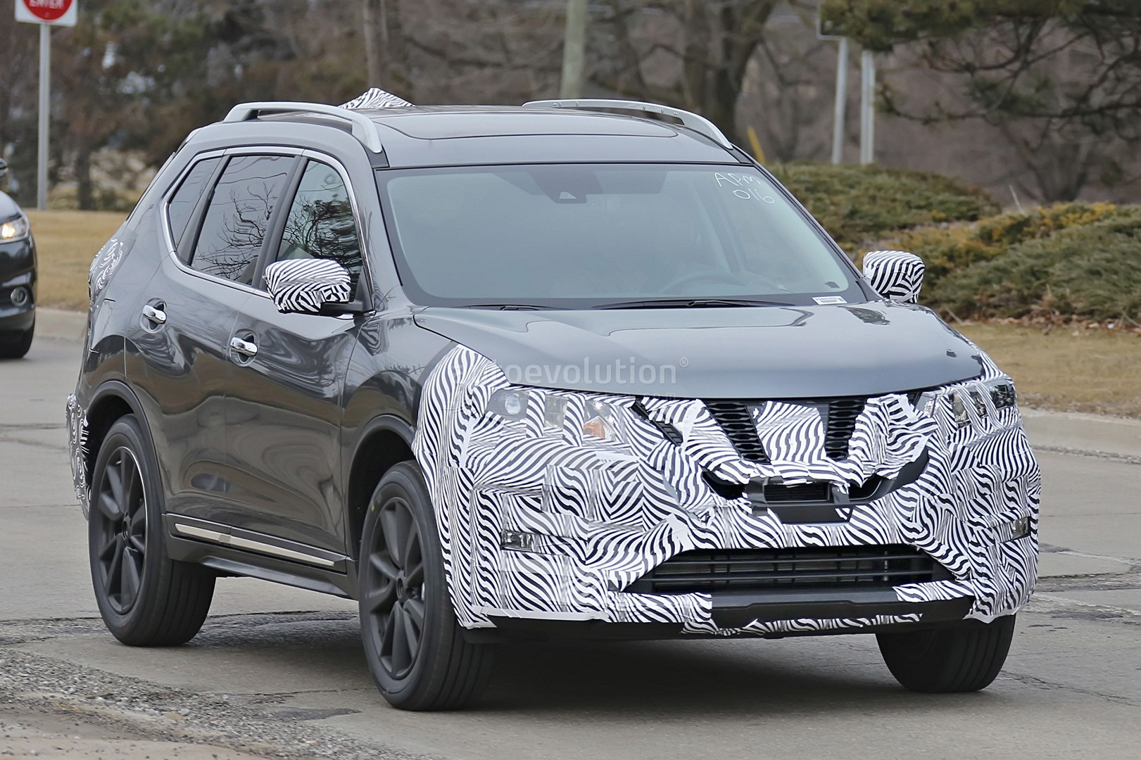 2017-nissan-rogue-spied-with-cosmetic-updates_4.jpg