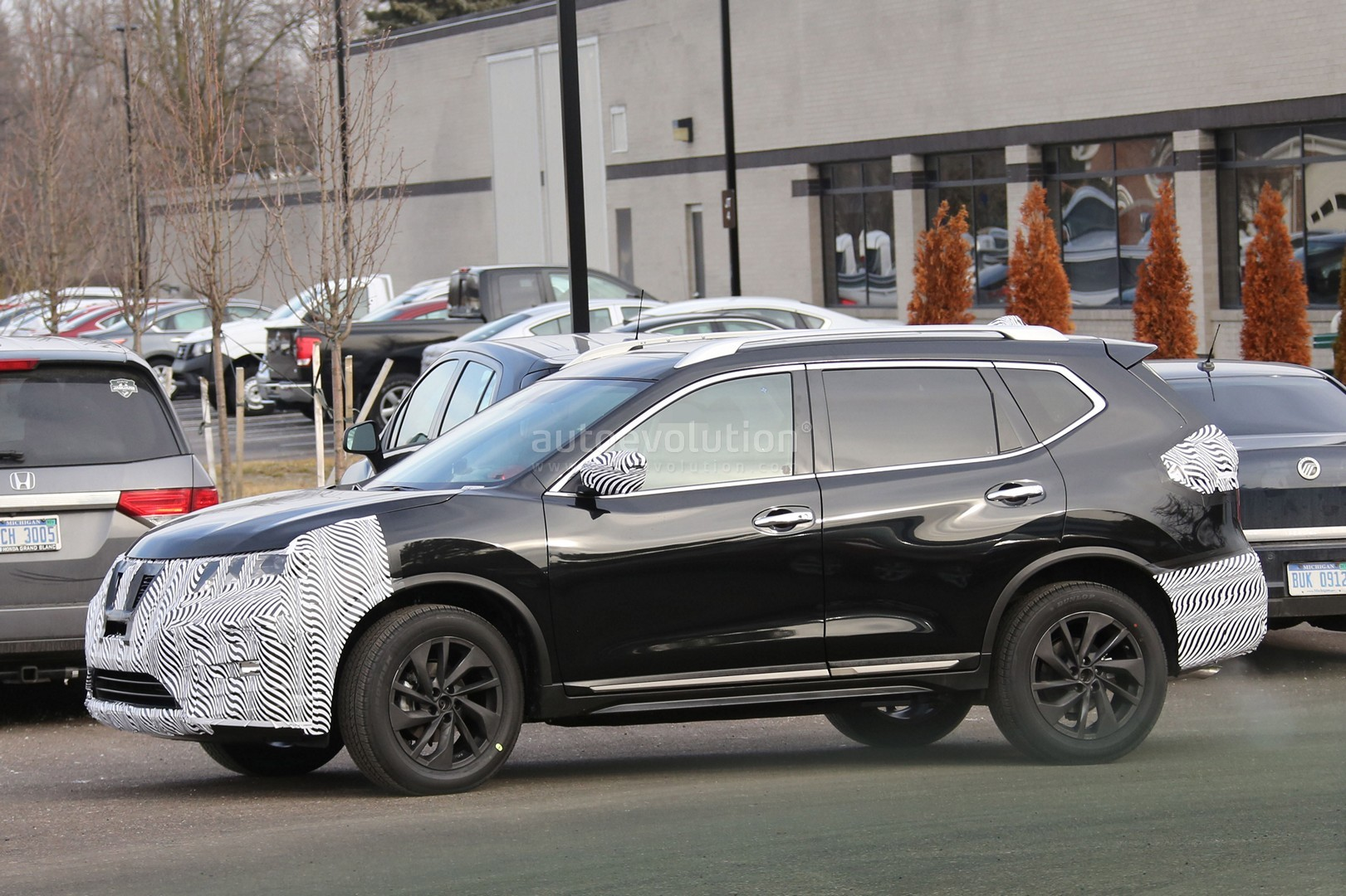 2017-nissan-rogue-spied-with-cosmetic-updates_9.jpg