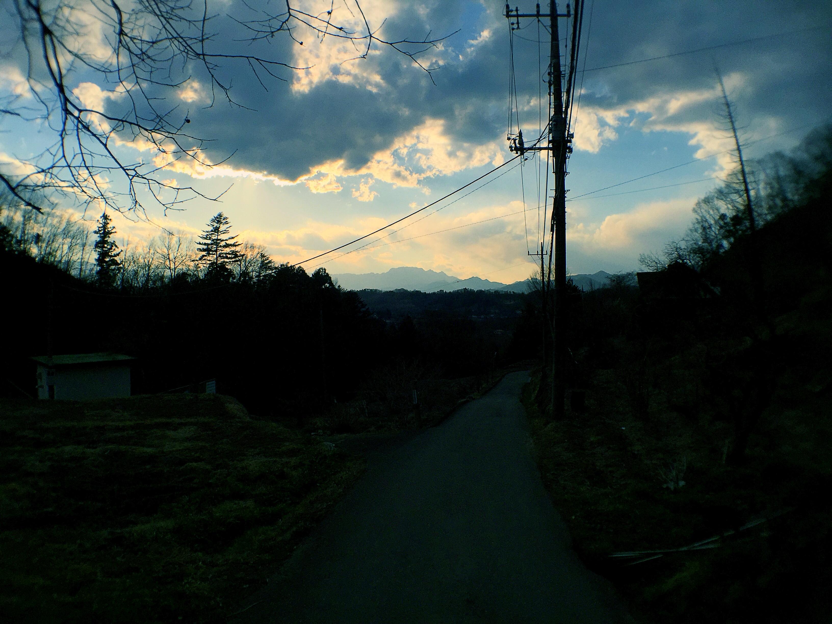 遠くに両神山