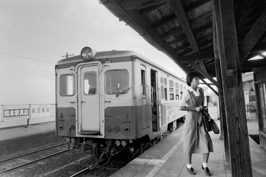 島原鉄道 大三東駅ホームの乗客5 1982年8月 Adobe16bit 原版 take1b