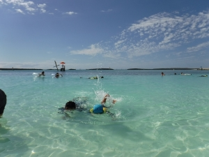 DSCF0322一緒に泳ぐ夫と息子